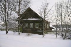 Houten buitenhuis in Rusland stock afbeelding