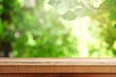 Houten bureau en onduidelijk beeld groene bosachtergrond Royalty-vrije Stock Foto's