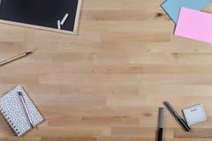 Houten Bureau met bord, blocnote en pennen Hoogste mening stock afbeeldingen