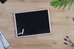 Houten Bureau met bord, blocnote en pennen Hoogste mening royalty-vrije stock foto