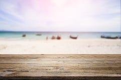Houten bureau op strand Royalty-vrije Stock Foto's