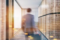 Houten bureauhal, zakenman het lopen Royalty-vrije Stock Fotografie