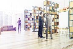 Houten bureauhoek, grijze bank, affiche, mensen Royalty-vrije Stock Fotografie