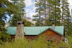 Houten cabine in bos royalty-vrije stock fotografie