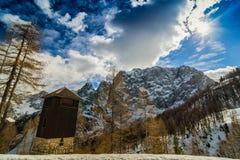 Houten cabine in een sneeuwberg stock afbeelding
