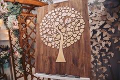Houten canvas met decoratieve elementen Deveraux in de vorm van een hart bij een huwelijksceremonie Stock Fotografie