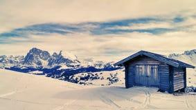 Houten chalet in de Alpen royalty-vrije stock afbeelding