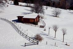 Houten chalet in de winter stock foto's