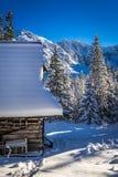 Houten chalet in de winterbergen Stock Afbeelding