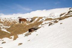Houten Chalet in een sneeuw de winterdag stock fotografie