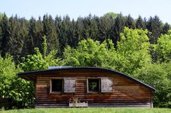 Houten chalet met gebogen dak royalty-vrije stock afbeelding