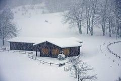 Houten chalet op de Italiaanse Alpen tijdens een zware sneeuwval Royalty-vrije Stock Foto