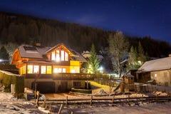 Houten chalet op hoge Oostenrijkse Alpen bij sterrige nacht Royalty-vrije Stock Foto