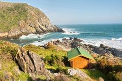 Houten chalet op overzeese kust stock fotografie