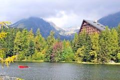 Houten chalet op Strbske-meer, Hoge Tatras-bergen stock foto's