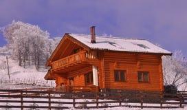 Houten chalet in winterse mening royalty-vrije stock foto's