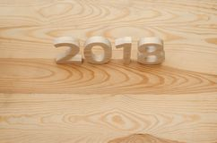 Houten cijfers die 2018 vormen, gesneden van licht hout op backg Royalty-vrije Stock Foto