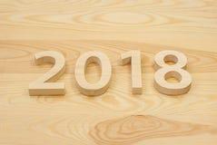Houten cijfers die 2018 vormen, gesneden van licht hout op backg Stock Afbeeldingen