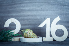 Houten cijfers 2016, een tak van de Kerstboom en Christma Stock Foto's