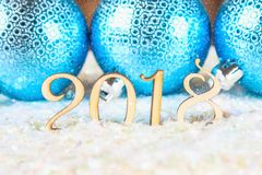 Houten cijfers van 2018 op sneeuw Feestelijk en partijdessert het nieuwe jaar 2018 Blauwe ballen Stock Afbeelding