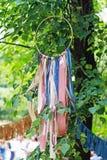 Houten cirkel met kleurrijke linten als decoratie op de boom stock afbeelding