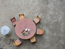 Houten cirkellijst met stoelen De vogelmening ziet eruit Royalty-vrije Stock Foto's