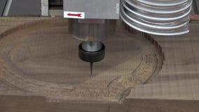 Houten CNC gravure en snijmachine stock videobeelden