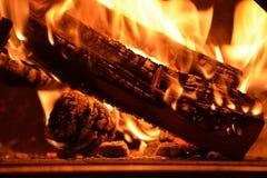 Houten dat brandwonden in de houten oven stock afbeeldingen