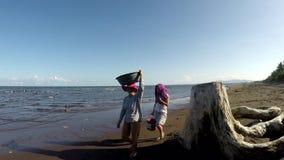 Houten de afwijking verduistert de mening van vissenverkoper op het strand Volgend schot stock video