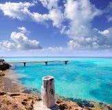 Houten de pijler turkooise overzees Formentera van Illeta Stock Foto