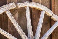 Houten de plankmuur van het wagenwiel Stock Fotografie