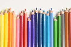 Houten de regenboogrij van kleurenpotloden stock fotografie