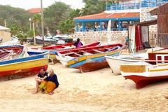 Houten de vissersbotenstrand van het toeristenpaar, Kaapverdië Stock Foto's