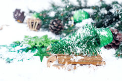 Houten de winterar die een kleine Kerstboom dragen Stock Afbeelding