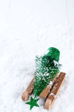 Houten de winterar die een kleine Kerstboom dragen Royalty-vrije Stock Afbeelding