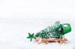 Houten de winterar die een kleine Kerstboom dragen Royalty-vrije Stock Afbeeldingen