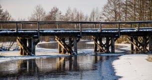 Houten de winterbrug over de rivier Royalty-vrije Stock Afbeeldingen