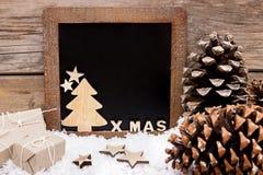 Houten decoratie in de sneeuw royalty-vrije stock afbeelding
