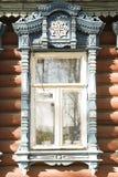 Houten decoratie op traditioneel Russisch venster stock foto