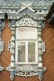 Houten decoratie op traditioneel Russisch venster Royalty-vrije Stock Foto's