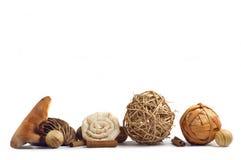 Houten decoratie, pijpjes kaneel en houten ballen Stock Afbeelding