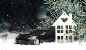 Houten decoratief huis in de sneeuw, auto Royalty-vrije Stock Foto's