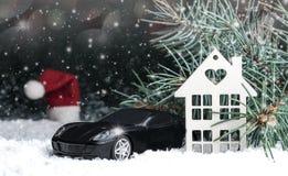 Houten decoratief huis in de sneeuw, auto Royalty-vrije Stock Afbeelding