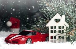 Houten decoratief huis in de sneeuw, auto Stock Foto
