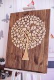 Houten decoratieve raad met een boom in de vorm van harten op de schildersezel Royalty-vrije Stock Fotografie