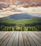 Houten dek die toneelmening van bergen overzien Royalty-vrije Stock Foto's