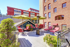 Houten dek met rode stoelen en barbecue Woningbouw i Stock Fotografie