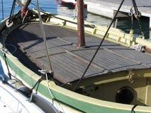 Houten dekmening van een oude die zeilboot in de haven wordt vastgelegd Livorno, Toscanië, Italië stock afbeelding