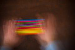 Houten Desktop met kleurrijk potlood geschud door menselijke handen Royalty-vrije Stock Foto's