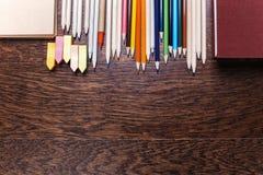 Houten Desktop met potloden Stock Afbeelding